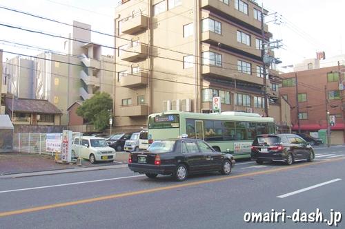 東大路通り(京都祇園八坂神社前)を走るタクシー