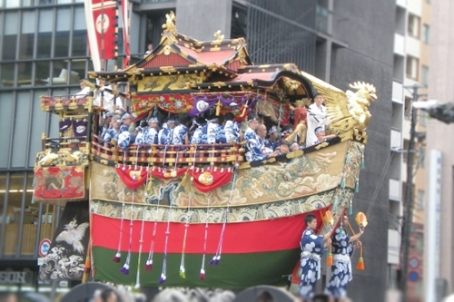 祇園祭の山鉾巡行(京都八坂神社)