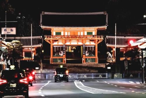 夜の西楼門(ライトアップ・京都祇園八坂神社)