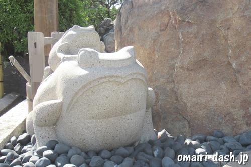 雲龍山宝蔵院(名古屋市中川区)親子カエルの石像(手水舎)