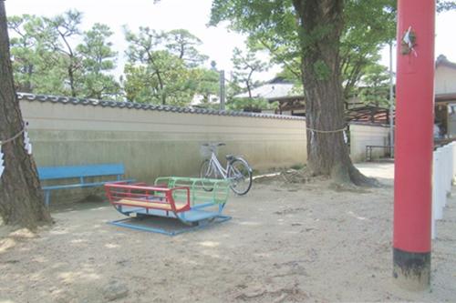 秋葉社(刈谷市銀座)鳥居脇の遊具