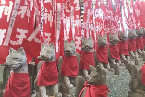 豊川稲荷東京別院(東京都港区)狐と千本幟