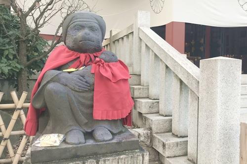 日枝神社(東京都千代田区)メスの神猿像(子宝・子授け)