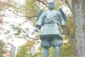 源義家公銅像(大國魂神社けやき並木)