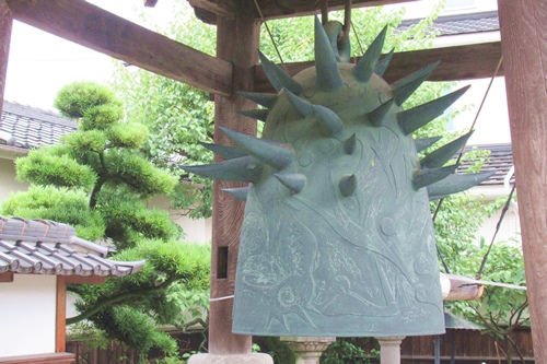 久国寺(名古屋市北区)岡本太郎「歓喜の鐘」